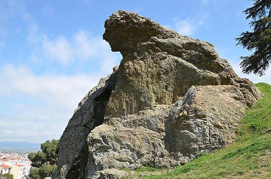 リューディア地方のシピュロス山にあるニオベーの泣き岩